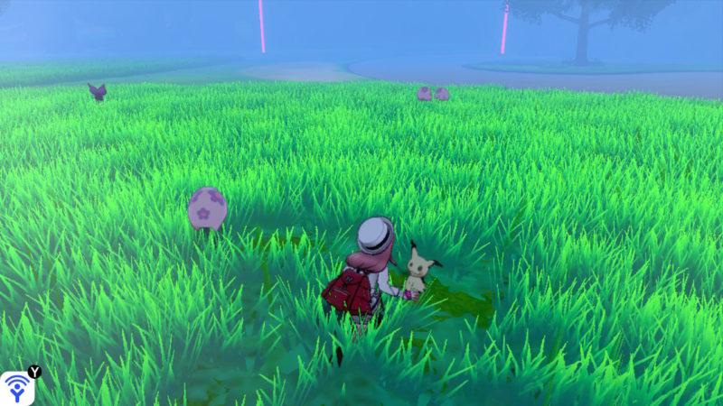 草むらに隠れるミミッキュ